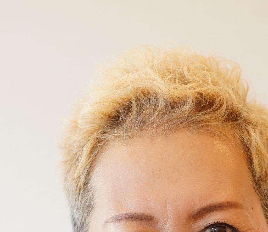 ブリーチをしたショートの女性の頭,えがお美容室,撮影,石川貴文,白髪を明るくするメリット,ショートヘア,えがお美容室ヘア撮影after,白髪,えがお美容室,白髪染め,おしゃれ,明るく染める,えがお美容室,50代,40代,60代,70代,ベリーショート
