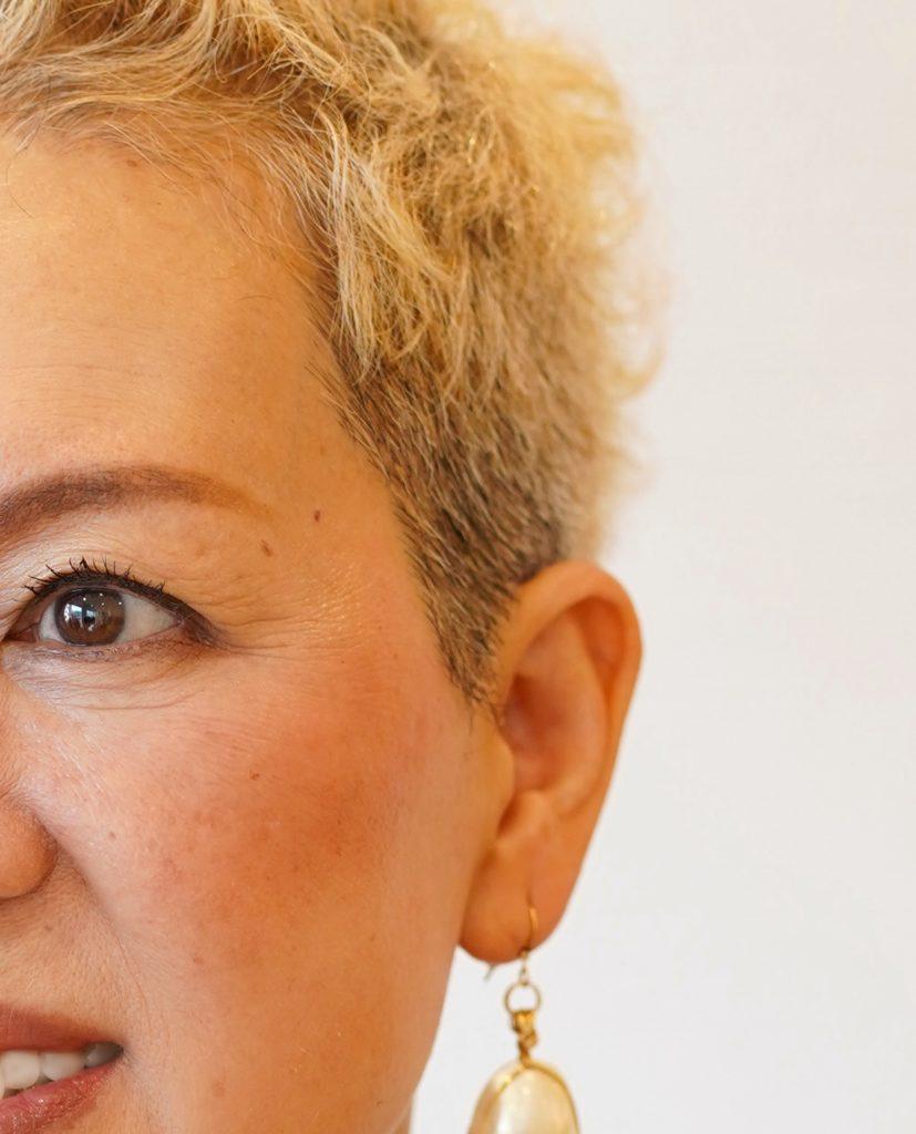 白髪の髪をブリーチで明るくした女性