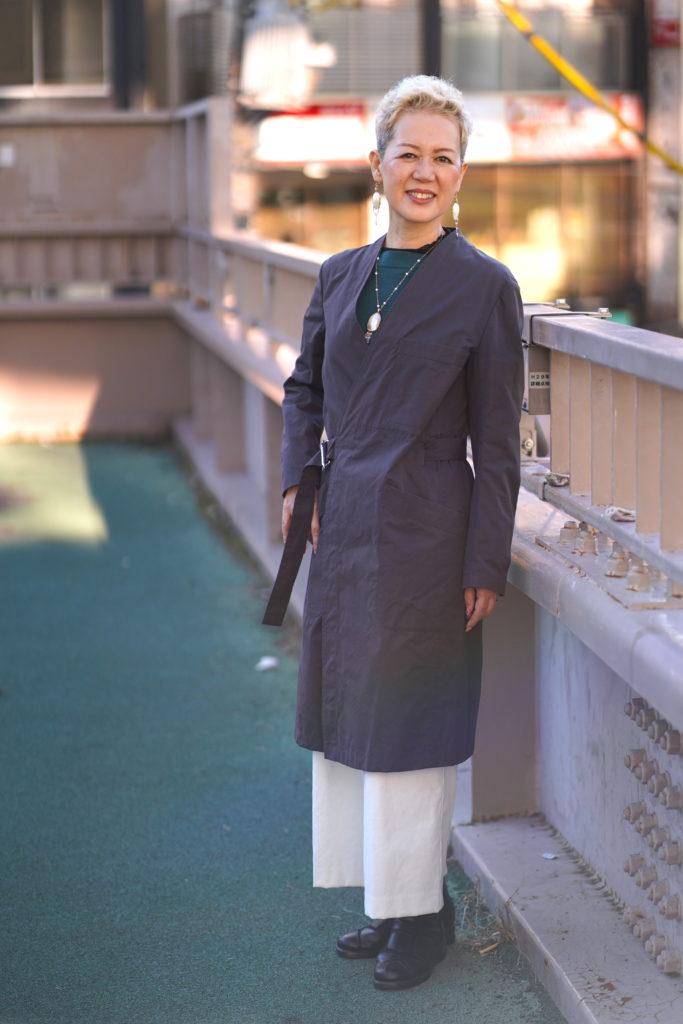 歩道橋の女性