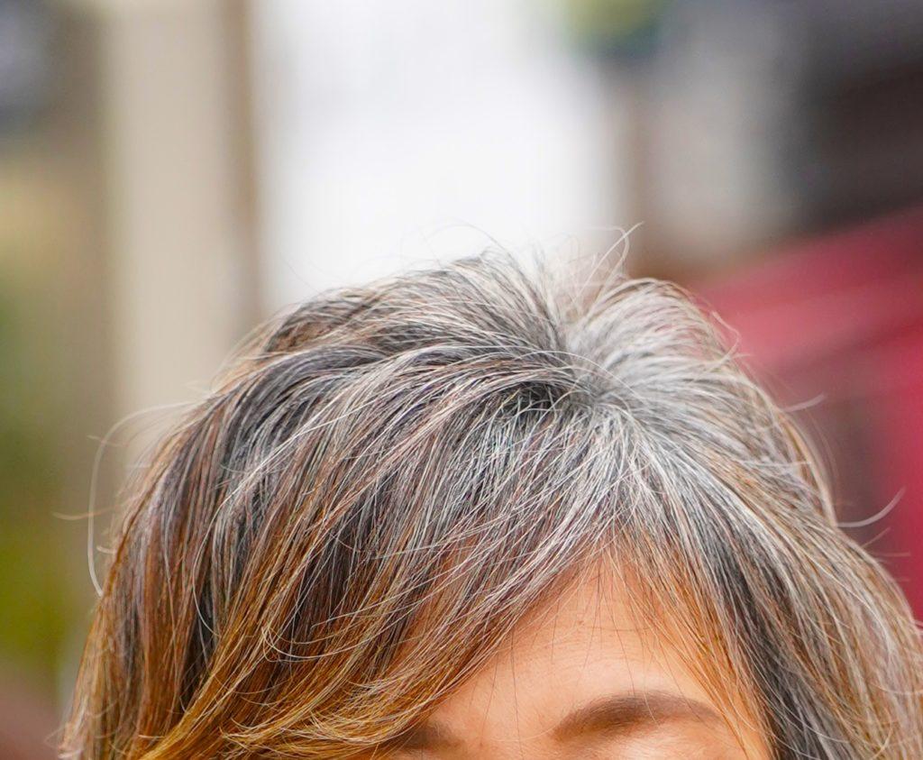 白髪が混じっている髪