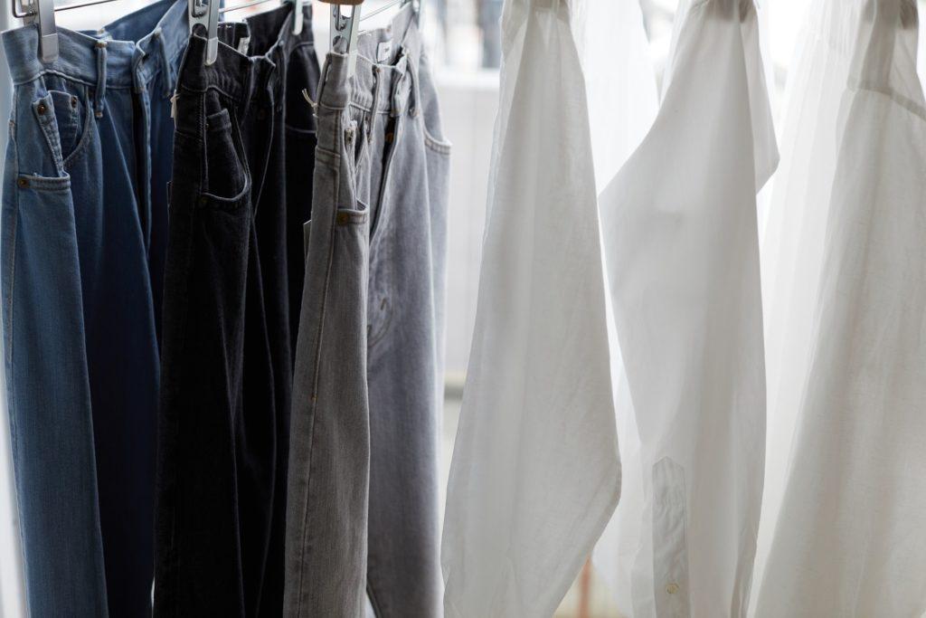 CIOTA_KIJI_ジーンズとシャツの写真