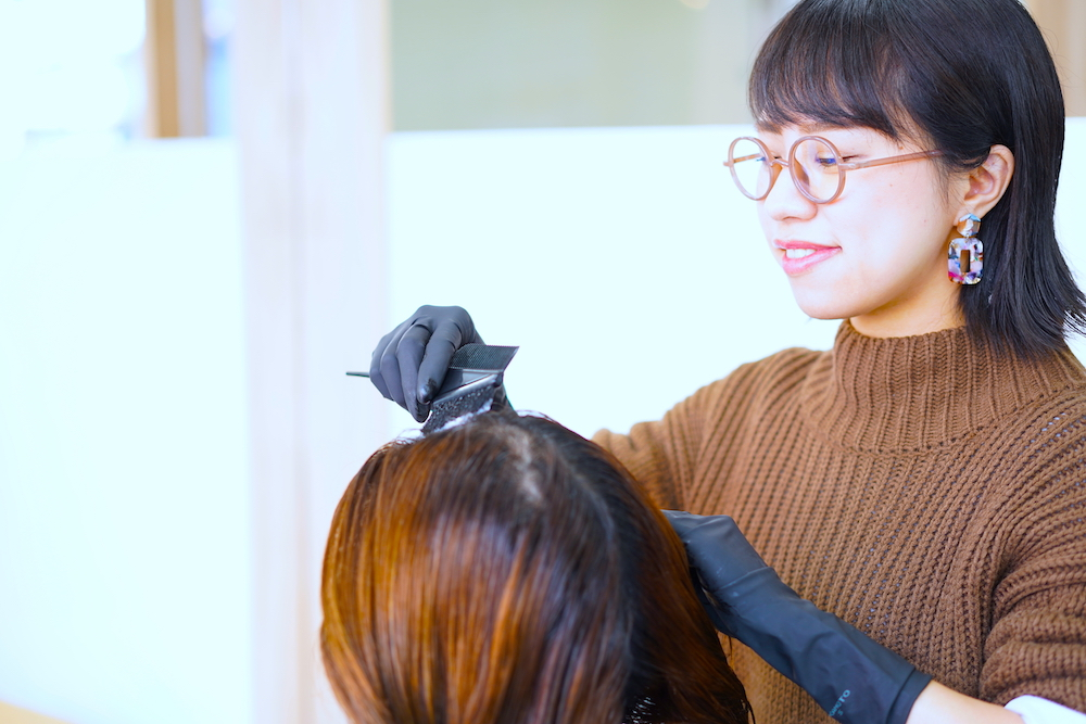 カラーリングをしている美容師