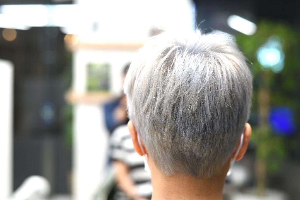 シルバーヘアの女性の後頭部